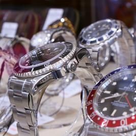 ショーケース内の腕時計